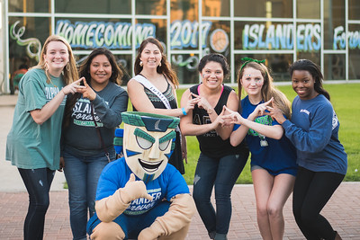 Izzy poses with members of Tri Delta.