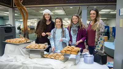 Islanders took advantage of some free bagels during Books and Bagels at the Mary and Jeff Bell Library.  Check out more events happening during finals week: https://adobe.ly/2BOQZ4n