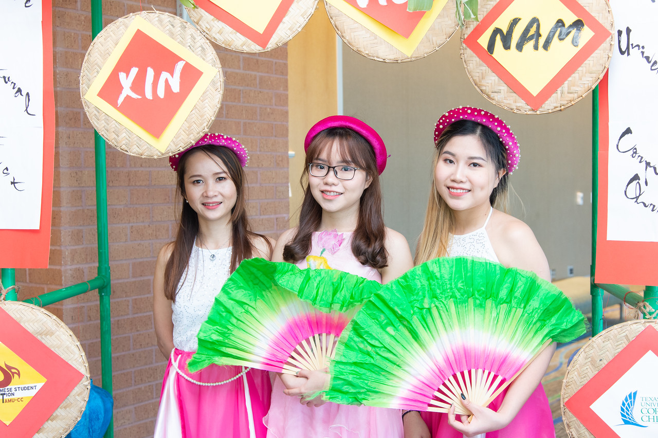Lien Doan (left), Phuong Vo, and Uyen Vo at the Xin Chao Vietnam event.