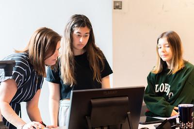 Chelsie Hawkinson guides students as they schedule their Digital Portfolio Presentation for their Freshmen Seminar class.