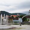 Brunnen mit Skulptur vor dem Rathaus