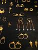 Voorbeelden van hoepeloorringen, oorringen die gesloten worden door een haakje en oogje, circa 350-330 voor Chr.