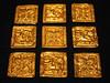 Gouden plaatjes die op mantels werden bevestigd, hoe meer plaatjes hoe rijker men was