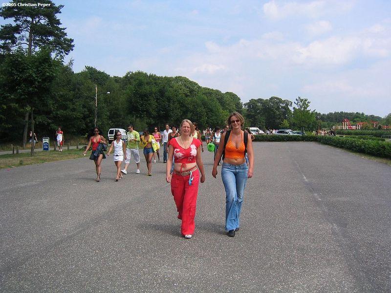 Petra and Femke walking towards the entrance
