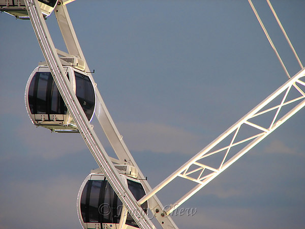 """<font color=""""yellow"""">A zoomed-up view of the gondolas.</font><br>"""