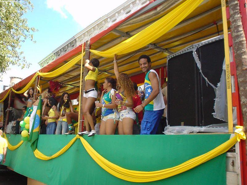 """<a href=""""http://www.rioparade.org/"""">Rioparade Brasil</a> truck"""