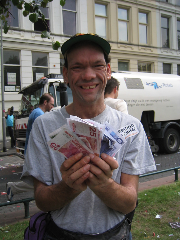 Guy with hundreds of old Dutch Guilder bills