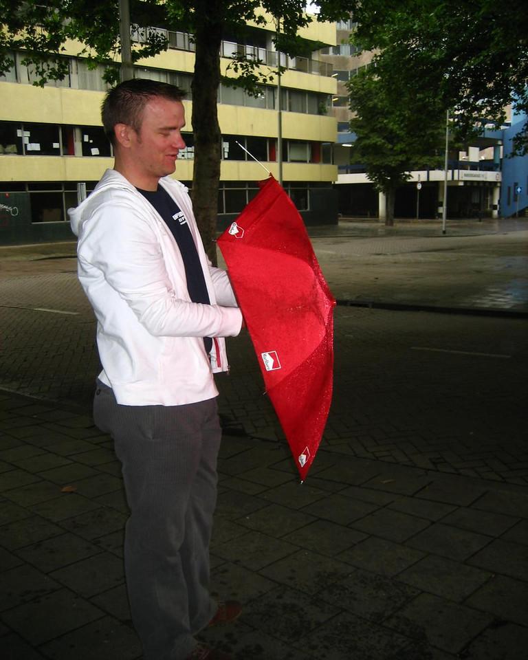 Sjoerd fighting his el-cheapo anti-theft umbrella