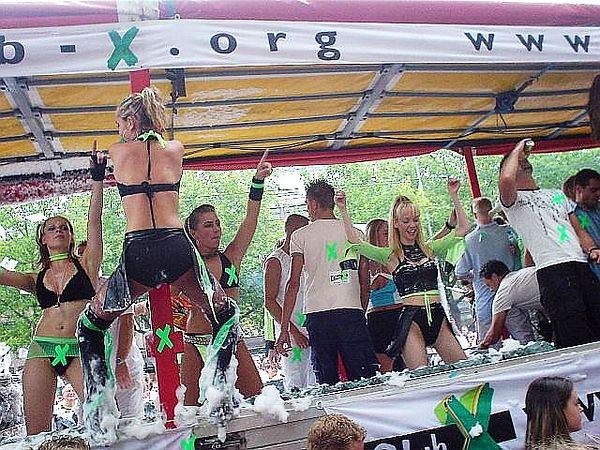 Sexy dancers, foam, shiny club wear... Hmmm :9