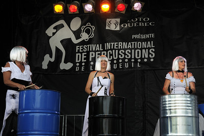 Festival international de percussion de Longueuil ( FIPL ), Longueuil, Qc; Uppercut, groupe féminin de percussion français, dans le cadre du FIPL, / Uppercut, a french group of percussion composed only of women, performing at the FIPL.
