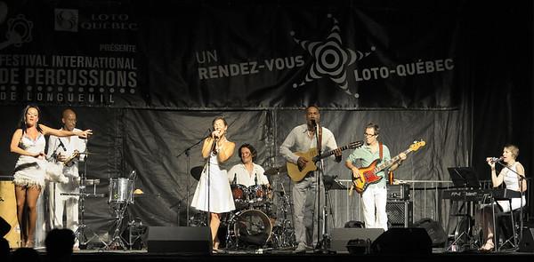 Festival international de percussion de Longueuil ( FIPL ), Longueuil, Qc; Paulo Ramos et ses musiciens avec Bia comme invité spécial lors de leur spectacle dans le cadre du FIPL, / Paulo Ramos and musicians with Bia performing at the FIPL.