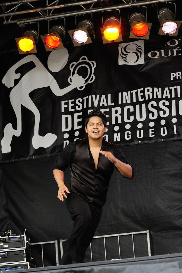 Ecole de danse Anacaona ( www.danserivesud.com ), Festival international de percussion de Longueuil ( FIPL ), Longueuil Qc; membre du groupe en action lors du festival/ Member of the group performing at the festival.