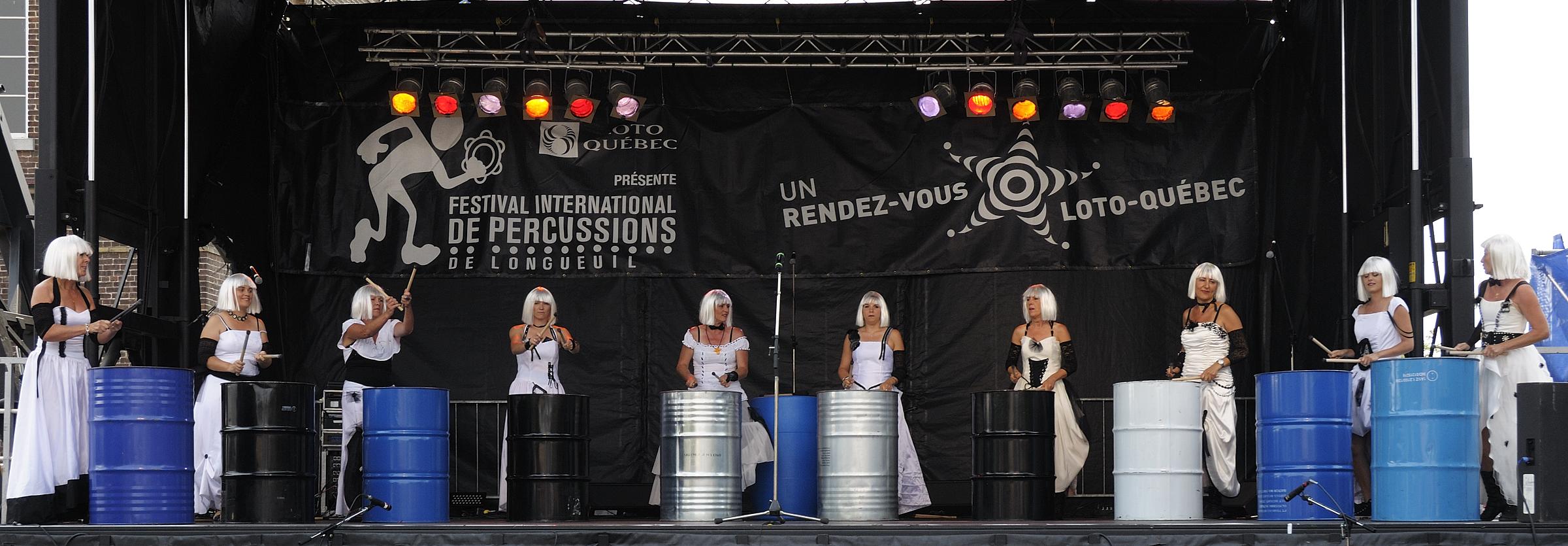 Festival international de percussion de Longueuil ( FIPL ), Longueuil, Qc; Uppercut, groupe féminin de percussion français, dans le cadre du FIPL, / Uppercut, a french group of percussion composed only of women, performing at the FIPL.