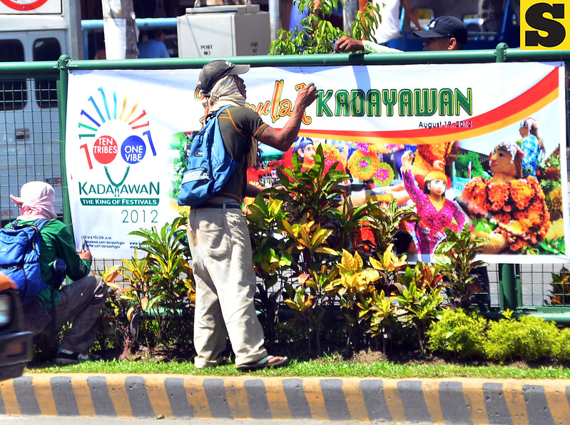 DAVAO. Workers of the City Environment and Natural Resources Office (Cenro) do last minute decoration at the road's center island in Matina for today's opening of the 27th Kadayawan sa Dabaw celebration. (Seth delos Reyes)