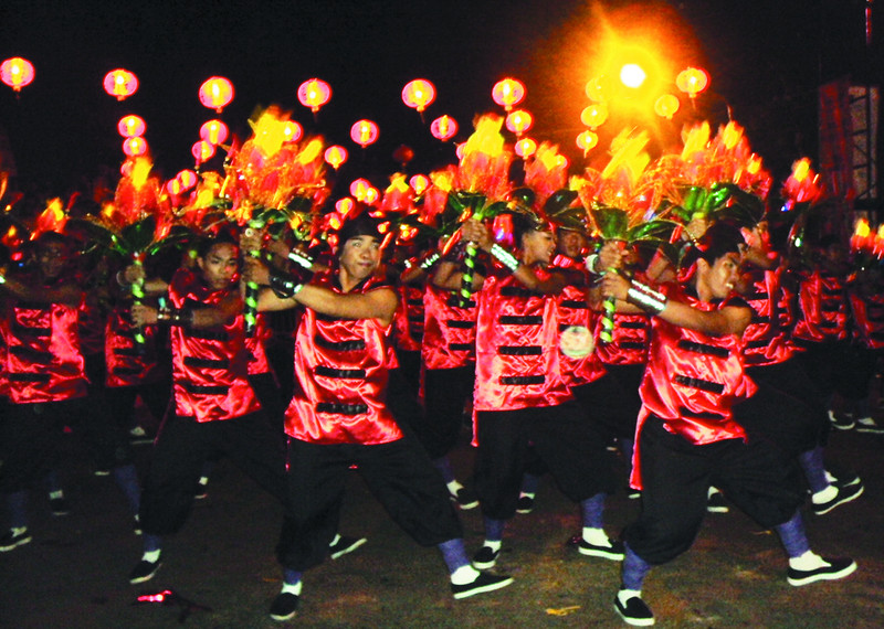 BACOLOD. The Lantern Dance competition is one of the most-awaited highlights of the 8th Bacolaodiat Festival that opens today. More than just a festival to usher in the Chinese New Year, the Bacolaodiat is a celebration of the successful fusion of Filipino and Chinese cultures in building a dynamic Bacolod City and Negros Occidental. (Raphael Bacaoco)