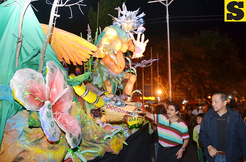 BACOLOD. Mayor Evelio Leonardia and Charlie Co unveil one of the two Majica MassKara floats. (Daryl Jimenea)