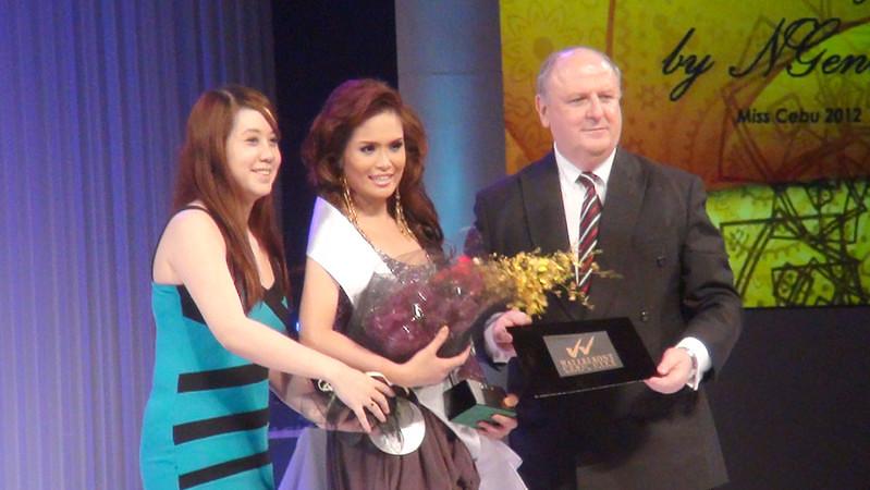 Ms Cebu 2012 candidate #7 Ella Beverly P. Sarmago receives the Miss Friendship award. (Sunnex photo)