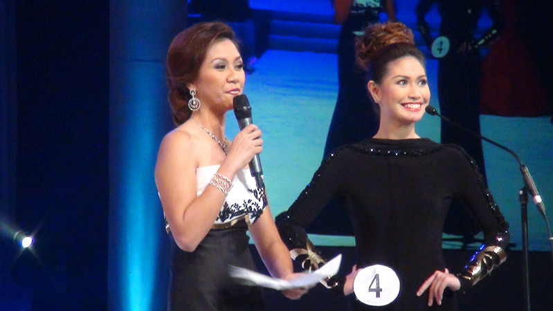 Ms Cebu 2012 host Reena Elena Malinao and candidate #4 Rachel Chloe T. Palang during the question and answer portion. (Sunnex photo)