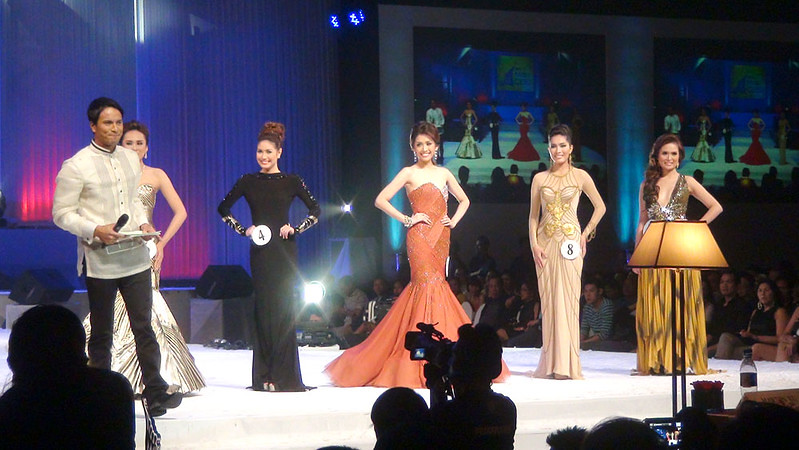 Top 5 candidates of Ms Cebu 2012 with host/actor Rafael Rosell. (Sunnex photo)
