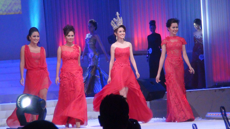 Ms Cebu 2011 Mia Zeeba Faridoon and her court. (Sunnex photo)