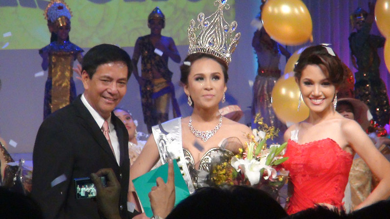 Cebu City Mayor Mike Rama, Ms Cebu 2012 Pierre Anther Infante and Ms Cebu 2011 Mia Zeeba Faridoon. (Sunnex photo)