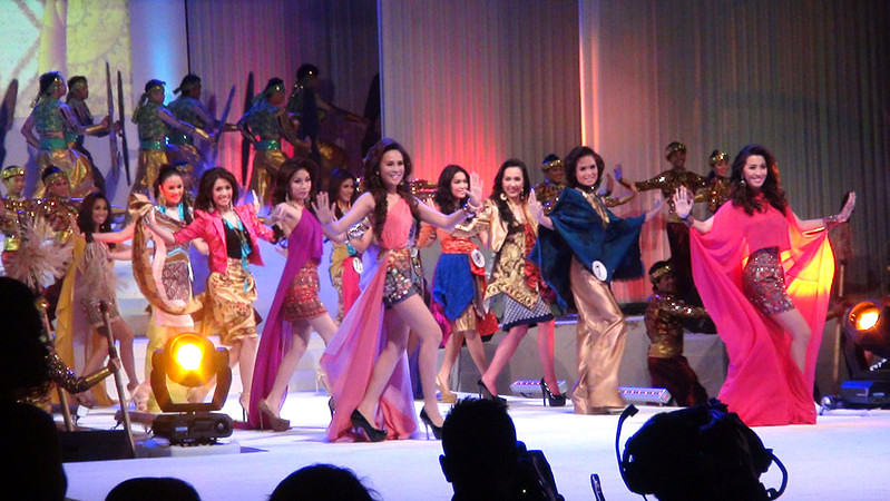 Ms Cebu 2012 candidates during their opening number. (Sunnex photo)
