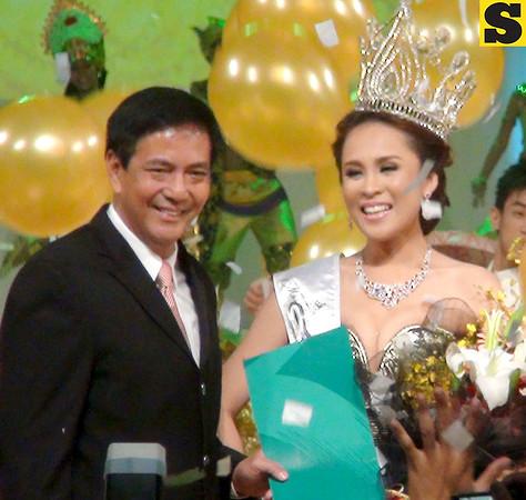 Cebu City Mayor Mike Rama and Ms Cebu 2012 Pierre Anther Infante. (Sunnex photo)