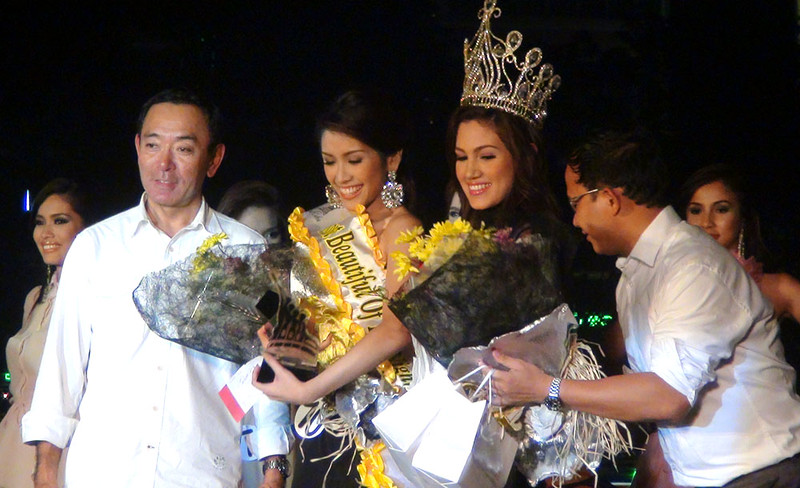 """Best in Fun Wear and Mosbeau's Miss Beautiful of the Night Jonnie Rose Louise """"Jonnie"""" R. Wee (2nd from left) receives special awards during the pre-pageant night.  Second from right is Ms Cebu 2011 Mia Zeeba Farridon. (Photo by Jean Mondonedo/Sunnex)"""
