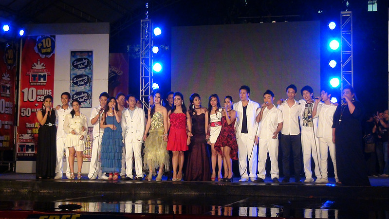 The Sinulog Idols with judges Apple Abarquez and Jay Unchuan. (Sunnex photo)