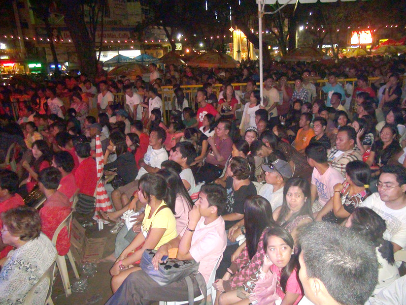 People watching the Sinulog Idol grand finals at the Fuente Osmena circle in Cebu City. (Sunnex photo)