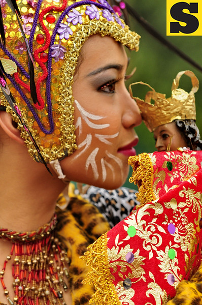 CEBU. A star dancer from the Abellana National High School kisses an image of the Sto. Niño before the performance. The school won fifth in secondary level category of the 2009 Sinulog sa Kabataan sa Dakbayan. (Photo by Alex Badayos)