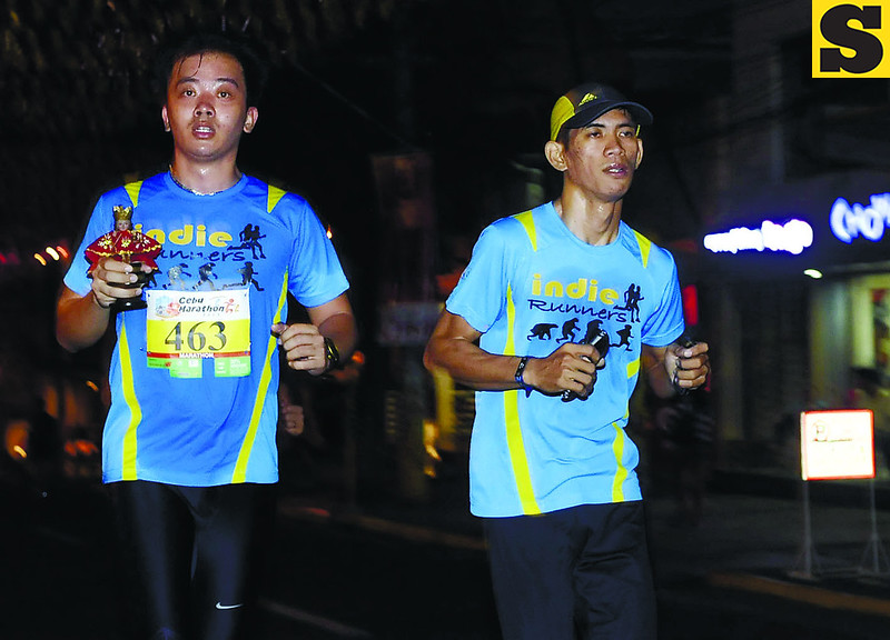 A runner carries a little Sto. Niño image.                                                                            (SUNSTAR FOTO/ARNI ACLAO)