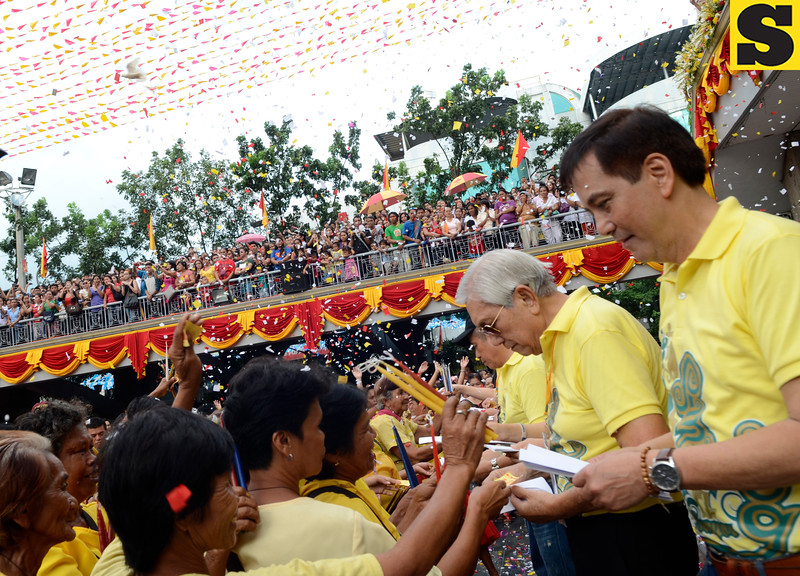 Sinulog Foundation officials led by Cebu City Mayor Mike Rama (right) together with former Cebu City vice mayor Renato Osmeña (2nd from right) do the ceremonial giving of cash to the candle vendors in Basilica during the Sinulog 2013 Opening Salvo at the Pilgrim center Friday afternoon, January 11, 2013. (Sun.Star Photo/Amper Campana)
