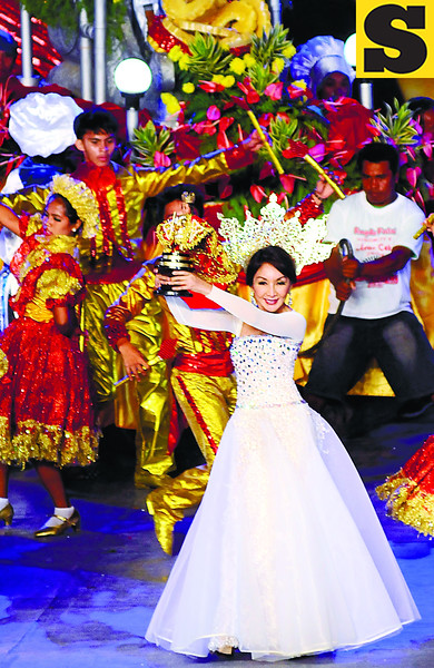 AND DANCE SHE DID.   Governor Gwendolyn Garcia performs in the Cebu City Sports Center with the Liloan contingent. Her son-in-law and daughter, Liloan Mayor Duke Frasco and Atty. Christina Frasco, joined her onstage. (Sun.Star Photo/Allan Cuizon)