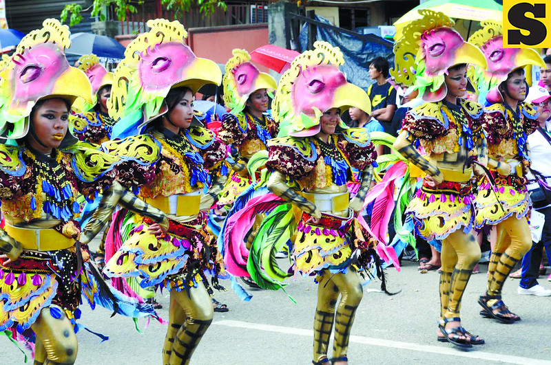 COSTUME. Aside from their dancing, the sarimanok costume of the dancers from Lanao del Norte is a hit among the crowd during the Sinulog grand parade. (Sun.Star Photo/Alex Badayos)