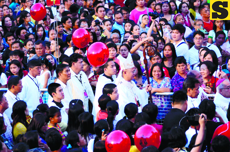 ONE WITH THE MASSES. Cebu Archbishop Jose Palma walks amid the crowd on his way to administer the 6 a.m. Pontifical Mass for the feast of the Sto. Nino. (Sun.Star Photo/Allan Defensor)