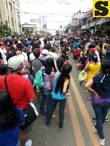 Crowd at P. del Rosario St., Cebu City during the Sinulog grand parade.  (Photo by Jean Mondoñedo-Ynot)