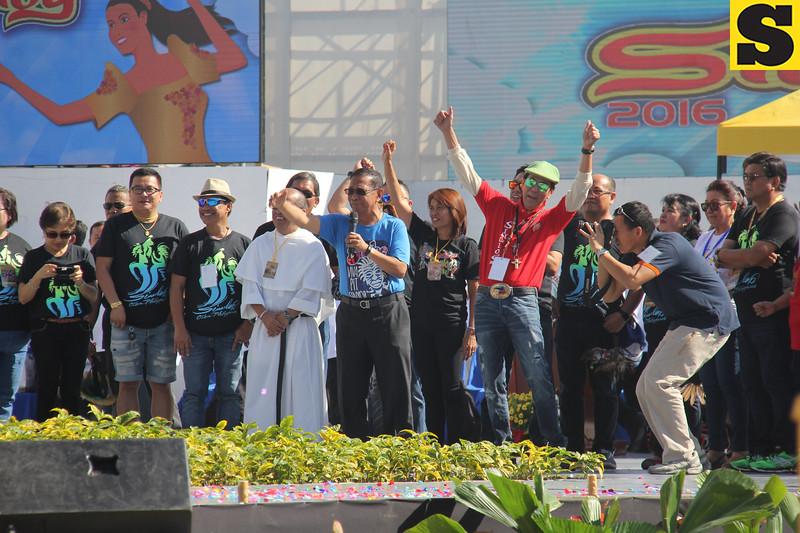 Vice President Jejomar Binay greets the Sinulog 2016 crowd at grandstand Pit Senyor