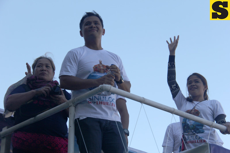 Ogie Alcasid and Melai Cantiveros onboard MLhuillier float durin g Sinulog 2016
