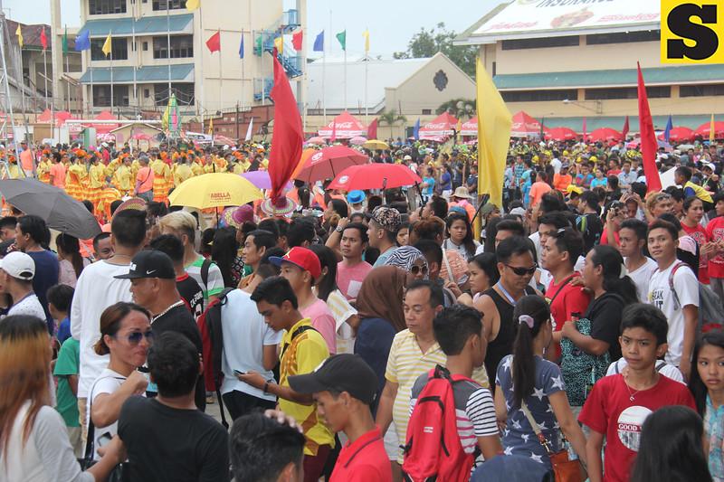 People watching the Sinulog sa Kabataan sa Dakbayan 2016