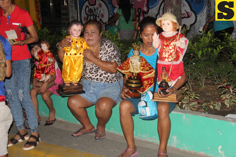 Mothers with their Sto Nino icons along the procession route