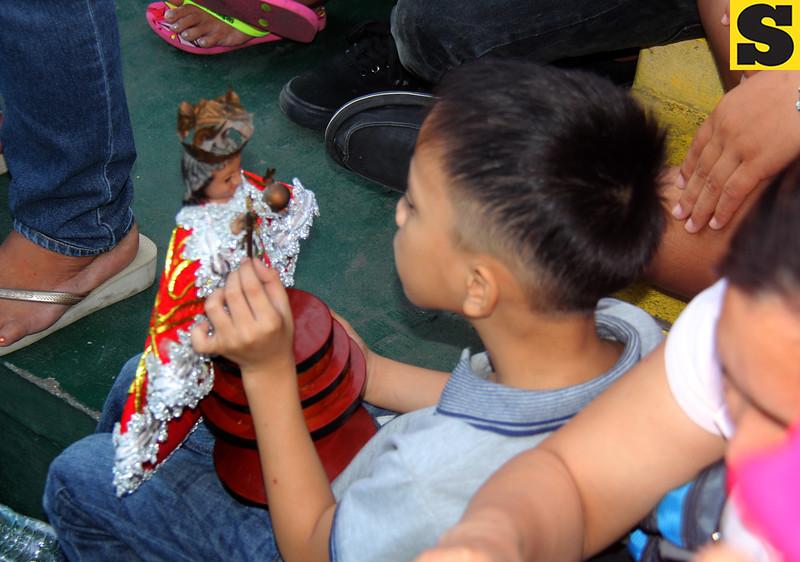 Child playing with Sto Nino image
