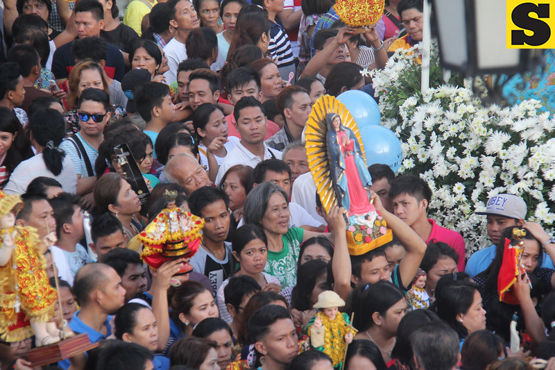 Some devotees carry icons of Mama Mary and Sr. Sto. Nino