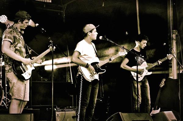 Woodmade Originaires de Vevey et après quelques mois d'absence ils ont décidé de refaire surface pour présenter leur musique au style punk, rock alternatif. Leur mot d'ordre sont le rock, les bons vieux classiques et la bière.  Écouter Woodmade : https://woodmade.bandcamp.com