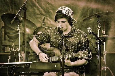YNK Yannick Popesco, alias YNK, est accompagné par une pédale loop, sa guitare et son synthé pour se produire en solo. Parmi ses multiples influences pop, folk ou indie, les quatre principales sont Chet Faker, Matt Corby, Ed Sheeran et Bernhoft. Yannick Popesco vient d'Echallens et a enchanté le public de la fête de la musique à la Tour-de-Peilz.  Écouter l'album Bristol : http://mx3.ch/yannickpopesco