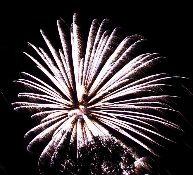 Feu d'artifice d'Annecy - Haute Savoie - France<br /> 07 août 2010  <br /> <br /> Mon premier essai de photo de feu d'artifice... merci pour votre indulgence et vos conseils ! ;) <br /> <br /> My first test...Please, your advises are welcome...
