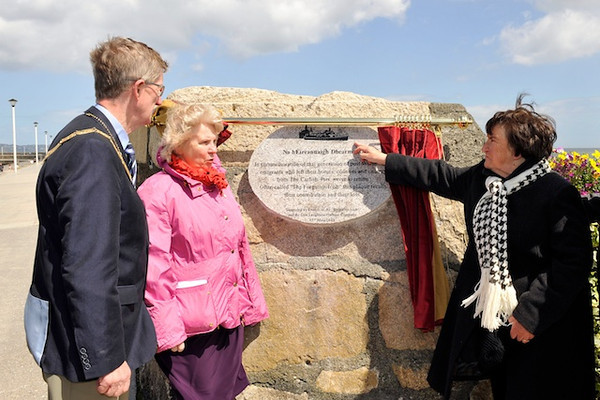 """Cllr Sally Mulready unveils """"Forgotten Irish"""" Commemorative Plaque on the East Pier in Dún Laoghaire Tuesday 15 May 2012 at 1pm. An Cathaoirleach Cllr John Bailey welcomed everyone to the event. Photograph Margaret Brown"""