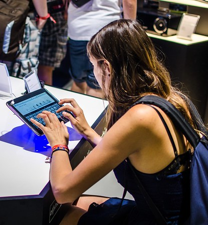 Girl and Galaxy Tab @ Gamescom 2012