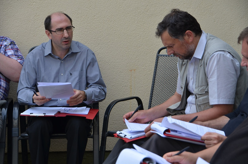 Members of the Polish linguistic group talk about the survey