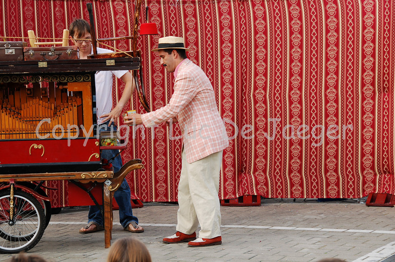Adrian Schvarzstein at large: before the audience knows it they are part of his masterpiece! In the mean time he got another person from the audience to play his barrel-organ.
